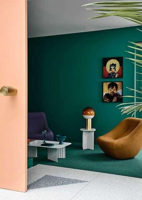 24. Decoração de sala verde com poltronas modernas – Foto: Architecture Art Designs