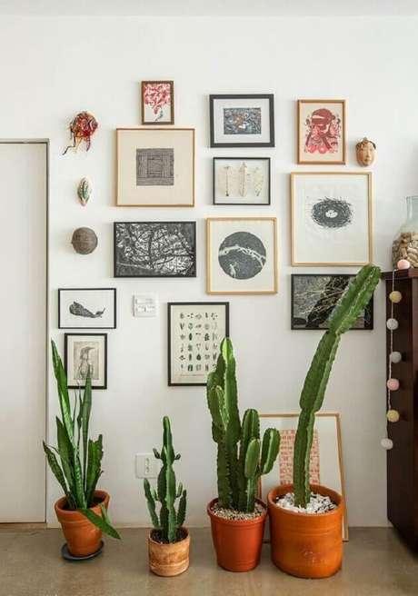 30. Decoração simples com vasos de plantas e parede de quadros de vários tamanhos – Foto: Histórias de Casa