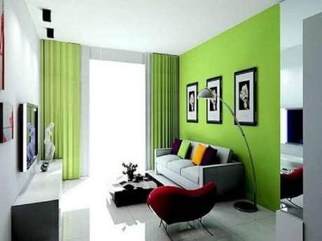 25. Decoração simples e alegre para sala verde e branca com poltrona vermelha – Foto: Pinterest