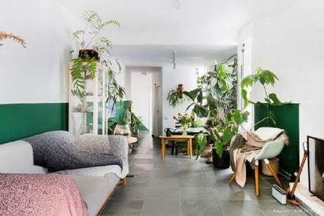 26. Decoração simples para sala verde e branca com vários vasos de plantas – Foto: Histórias de Casa