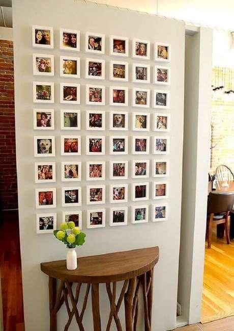 31. A parede com quadros de fotografia é uma ótima forma de fazer uma galerias com fotos de família – Foto: ArchZine