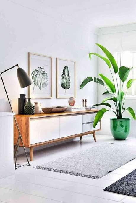 1. Modelo de aparador de sala retrô com acabamento em madeira traz neutralidade para o ambiente. Fonte Pinterest