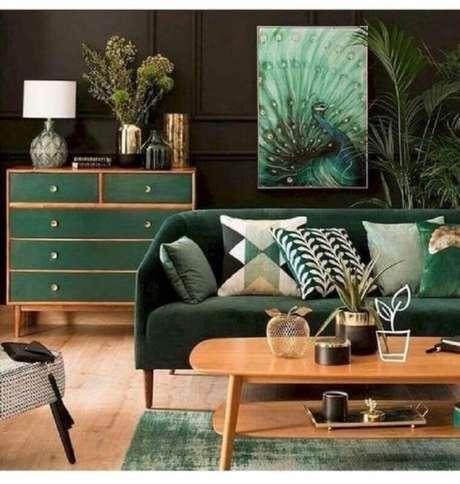29. Móveis de madeira para decoração de sala verde escura – Foto: Conexão Décor