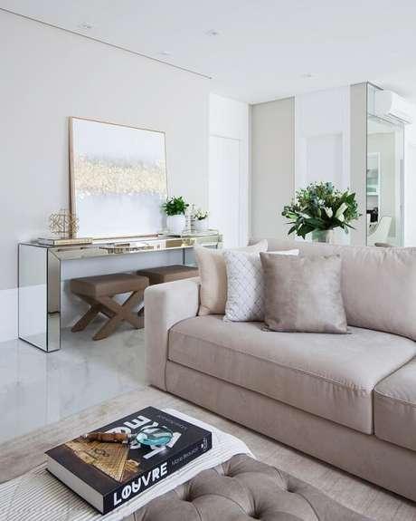 3. O aparador de sala espelhado complementa com sofisticação a decoração da sala de estar. Fonte: Monise Rose Arquitetura