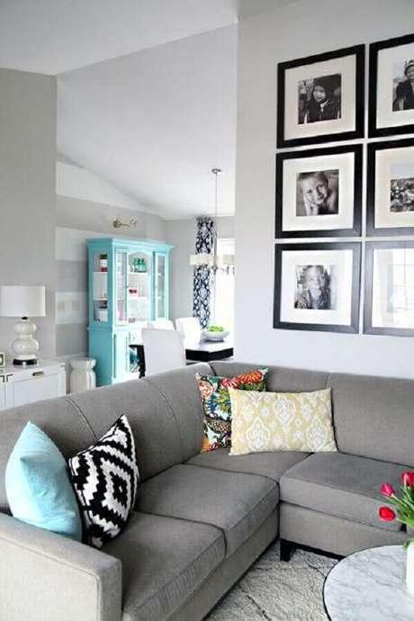35. A sala de estar também pode ganhar uma galeria com parede com quadros de fotografia – Foto: ArchZine
