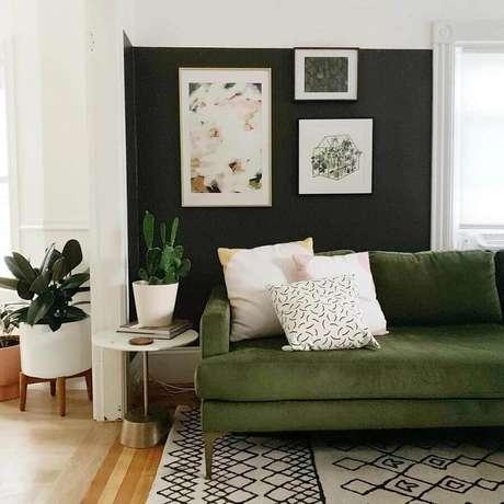 30. Parede preta para decoração de sala verde com mesa lateral – Foto: Cassie Johs