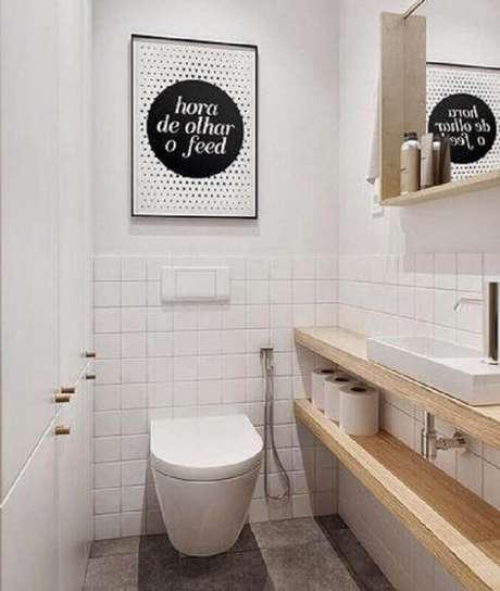 37. O banheiro também pode ser decorado com quadro de parede – Foto: DePoster