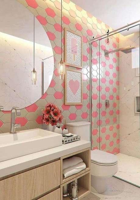 38. Decoração com quadro de parede para banheiro rosa e bege – Foto: Home Fashion Trend