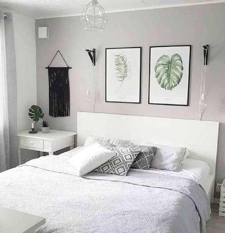 5. Decoração clean com quadro de parede para quarto de casal cinza e branco – Foto: Pinterest