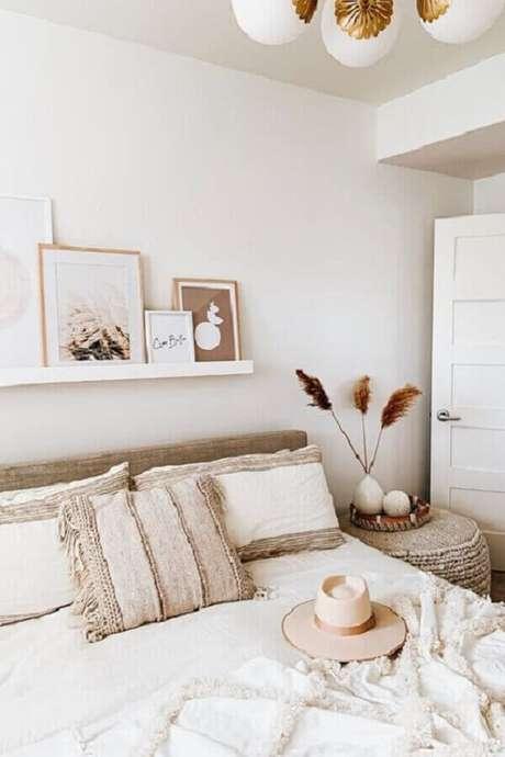 39. Suporte para quadro de parede em quarto de casal todo branco com decoração delicada – Foto: Pinterest