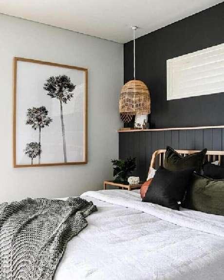 40. Quadro de parede para quarto preto e branco com luminária rústica – Foto: Pinterest