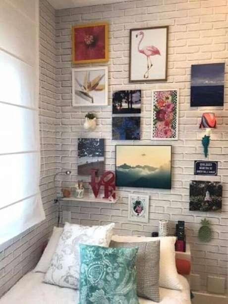 9. Decoração simples para quarto com vários quadros de parede – Foto: Marília Caetano + Arquitetos