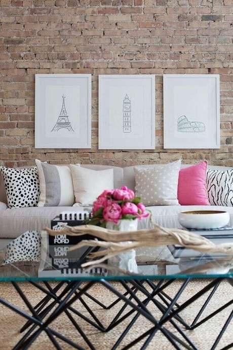 41. Quadro de parede para sala com parede de tijolinho à vista – Foto: Pinterest