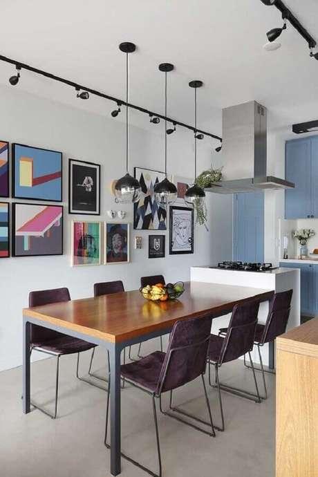 45. Aqui a parede de quadros para sala de jantar garantiu um toque de cor ao ambiente – Foto: Casa de Valentina