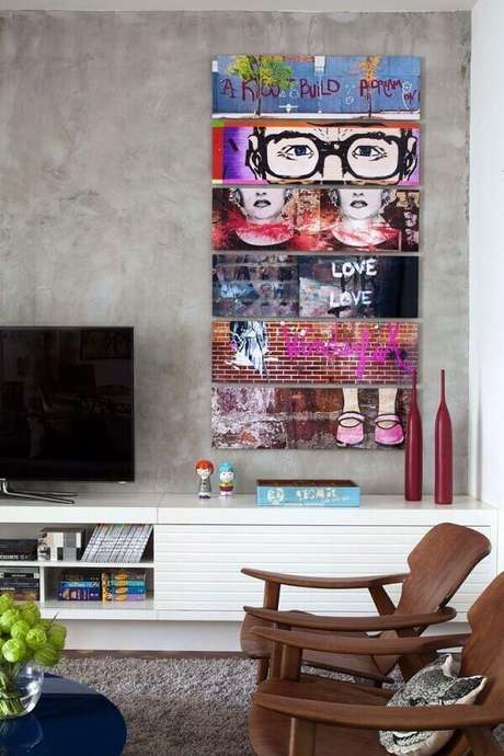 46. Quadro de parede para sala moderna decorada com parede de cimento queimado e poltronas de madeira – Foto: Só Decor