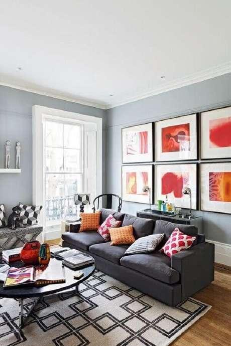 49. Quadro para parede de sala com sofá cinza e almofadas coloridas – Foto: Pinterest