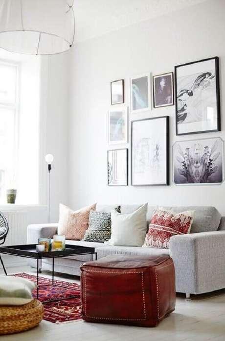 50. Quadro para parede de sala de estar branca com puff quadro – Foto: Yandex