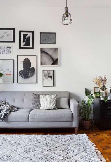 54. Quadro para parede de sala simples decorada com sofá cinza – Foto: Histórias de Casa