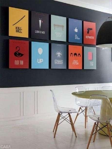 55. Quadros de parede coloridos para sala de jantar decorada com parede preta – Foto: Muito Chique