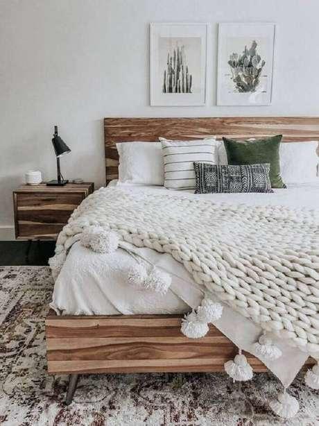 56. Quadros de parede decorativos para quarto branco com móveis de madeira – Foto: Home Fashion Trend
