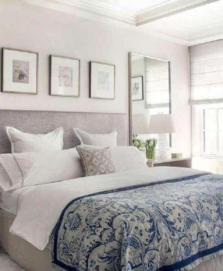 57. Decoração clean com quadros de parede decorativos para quarto de casal branco e cinza – Foto: Pinterest