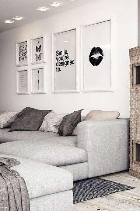 58. Quadros de parede decorativos para sala branca com sofá cinza – Foto: Archzine