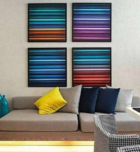 61. Sala de estar cinza decorada com jogo de quadro de parede colorido – Foto: Webcomunica