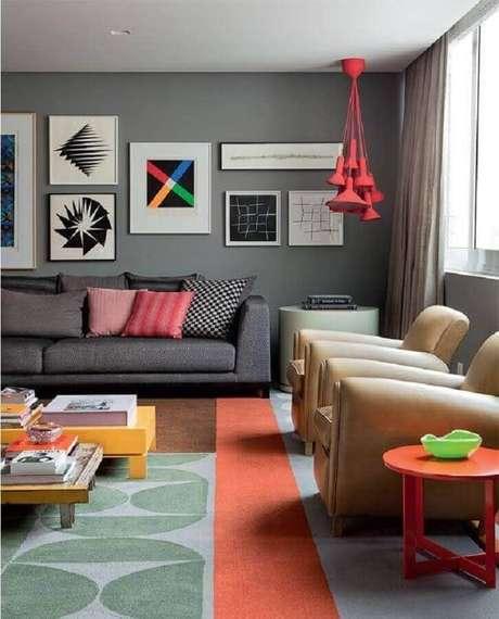 64. Quadros de parede decorativos para sala cinza moderna com pendentes vermelhos e tapete colorido – Foto: Pinterest