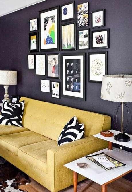 65. Sala decorada com sofá amarelo e composição de quadros de parede preta – Foto: Simples Decoração