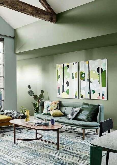 32. Sala verde decorada com mesa de centro oval de madeira – Foto: Architecture Art Designs