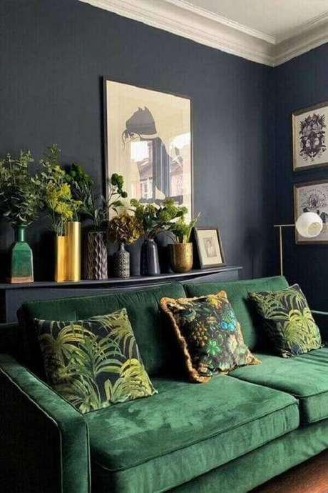 33. Sala verde decorada com parede cinza escura e almofadas estampadas – Foto: Luxury Art Design