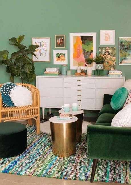 34. Sala verde água decorada com cômoda branca e vários quadros de parede – Foto: Pinterest
