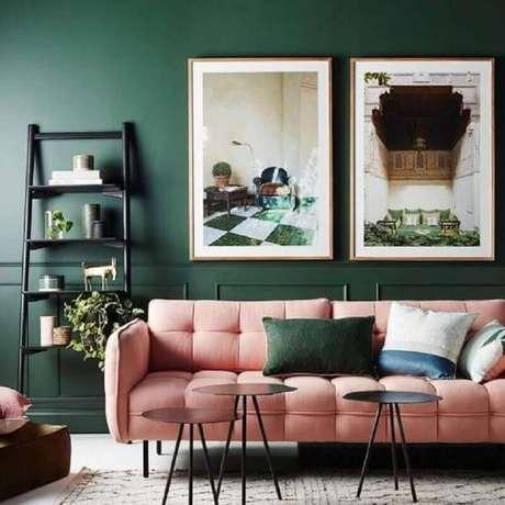 12. Sofá para decoração de sala verde e rosa – Foto: Pinterest