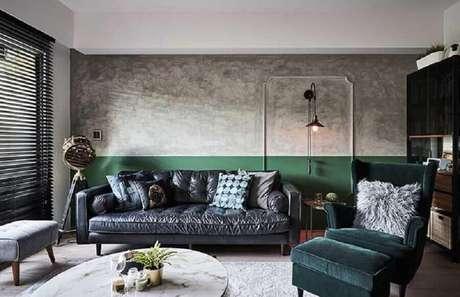 37. Sala verde e cinza moderna decorada com parede de cimento queimado – Foto: White Interior Design