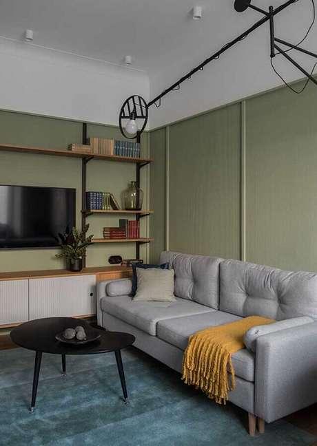 38. Sala verde e cinza simples decorada com manta para sofá – Foto: Architecture Art Designs