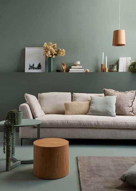 39. Sala verde decorada com sofá off white – Foto: Homes to Love