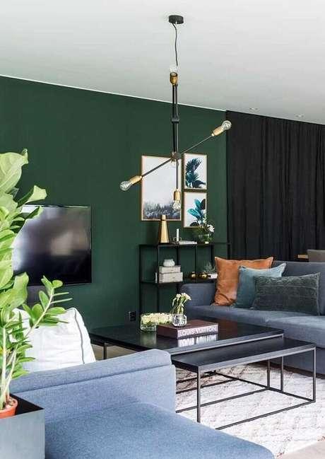 40. Sala verde moderna decorada com sofá cinza e luminária pendente arrojada – Foto: Futurist Architecture