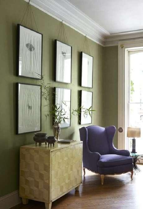 41. Sala verde musgo decorada com poltrona roxa – Foto: Design Home Decor