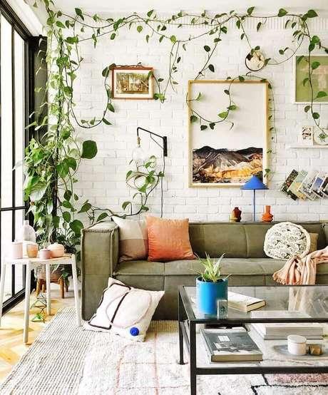 43. Decoração de sala verde musgo e branca com plantas pedentes – Foto: Jono Fleming