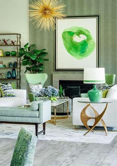 44. Sofá branco e papel de parede listrado para decoração de sala verde – Foto: Pinterest