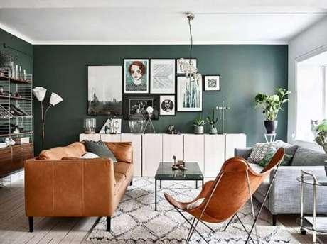 45. Sofá cinza e sofá marrom para decoração de sala verde e branca – Foto: Futurist Architecture