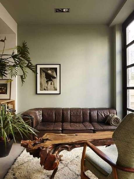 46. Sofá de couro marrom escuro para decoração de sala verde musgo – Foto: Pinterest
