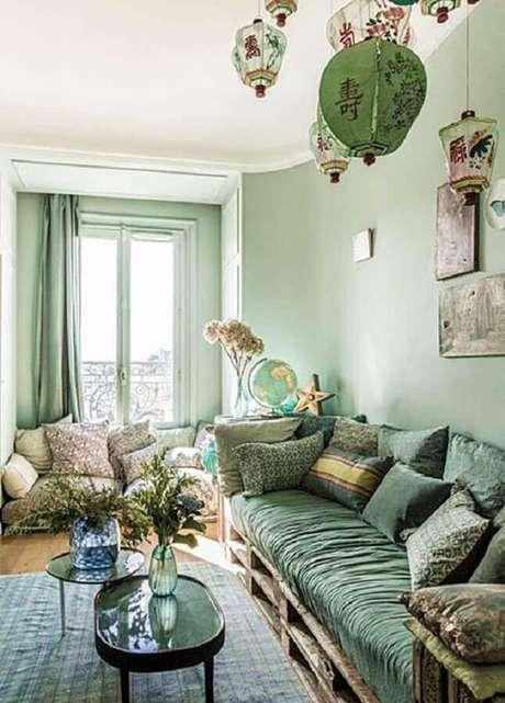 47. Sofá de pallet para decoração de sala verde mente – Foto: Simples Decoração