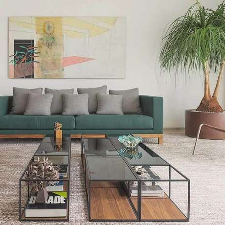 48. Decoração neutra com várias almofadas cinza para sofá verde – Foto: Carolina Rocco