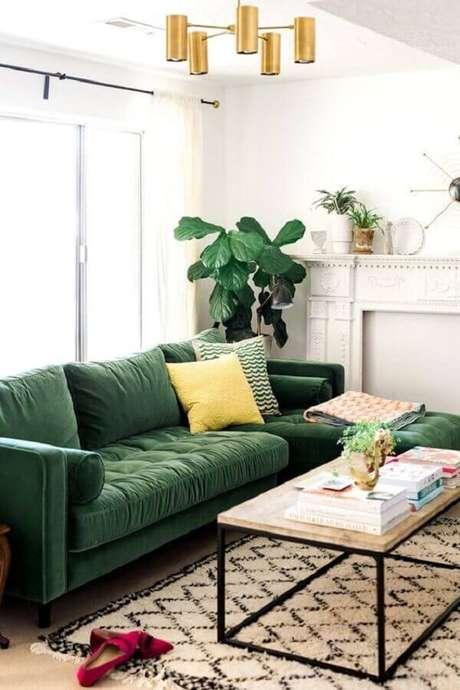 49. Sofá para decoração de sala verde e branca – Foto: MeuEstiloDecor