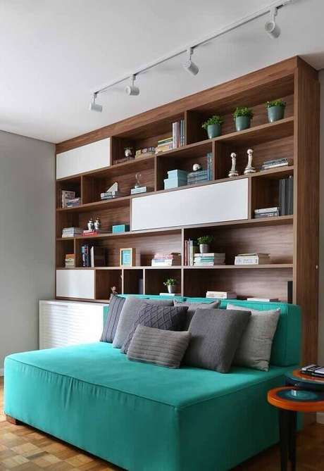 50. Sofá para sala verde água e branca com estante planejada de madeira – Foto: Pinterest