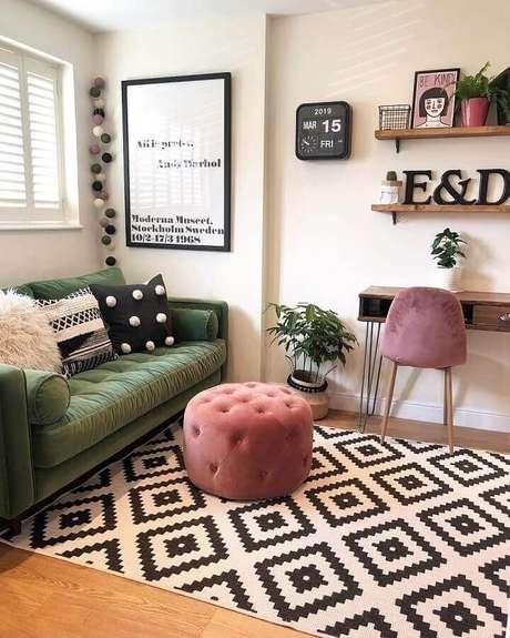 51. Sofá para sala verde e branca decorada com puff rosa e tapete preto e branco – Foto: Eli Interiores