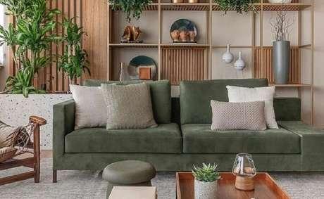 53. Sofá verde musgo para decoração de sala com nichos de madeira – Foto: As Design Arquitetura