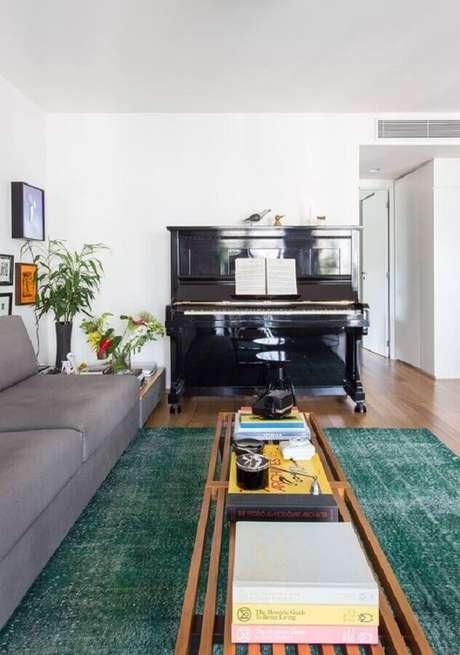 54. Tapete de sala verde com sofá cinza – Foto: Pinterest