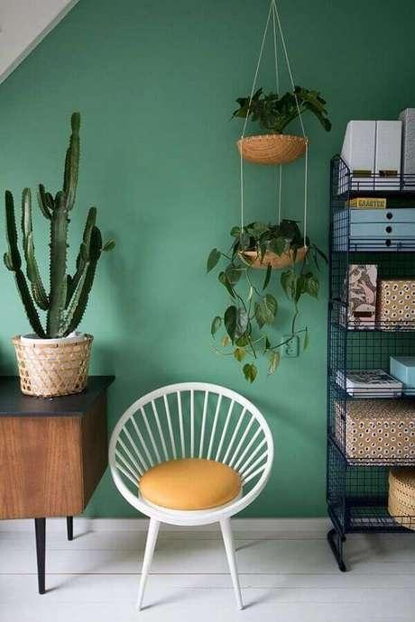 55. Vasos de plantas e rack de madeira para sala verde – Foto: Colomb Design